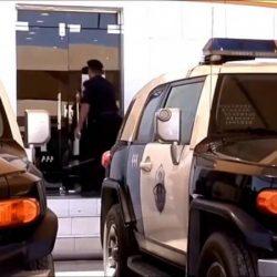 فيديو متداول.. أب يعنف ابنته ويضرب رأسها في السيارة بعد خروجها من المدرسة في جدة