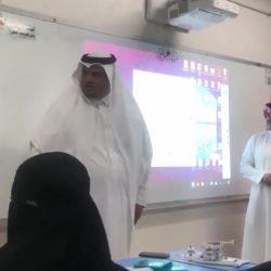 والدة معلم توزع مبالغ مالية على طلاب ابنها المتوفى (فيديو وصور)