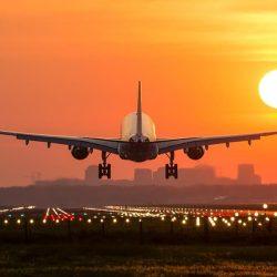 """شركة طيران تمنع مواطناً يحمل طفلته """"ذات الإعاقة"""" من صعود الطائرة.. وتزعم: هذه قوانيننا"""