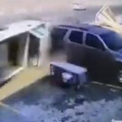 في ثوان معدودة.. سائق متهور كاد يتسبب في حـادثين (فيديو)