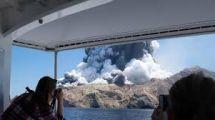 لحظة ثوران مفاجئ لبركان في نيوزيلندا