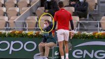 شاهد.. لاعب تنس عالمي يضرب الكرة في وجه مراقب الخط