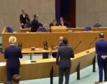 """وزير الصحة الهولندي يسقط بشكل مفاجئ خلال كلمة عن """"كورونا"""" (فيديو)"""