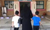 """""""أُمّ في البيت وفي المدرسة"""".. معلمة تتحدث عن سعادتها بتجربة تدريس الصفوف الأولية (فيديو)"""