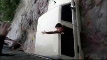 بعد أن فقد 6 من عائلته.. قائد المركبة التي جرفتها السيول باليمن يعلق على الواقعة (فيديو)